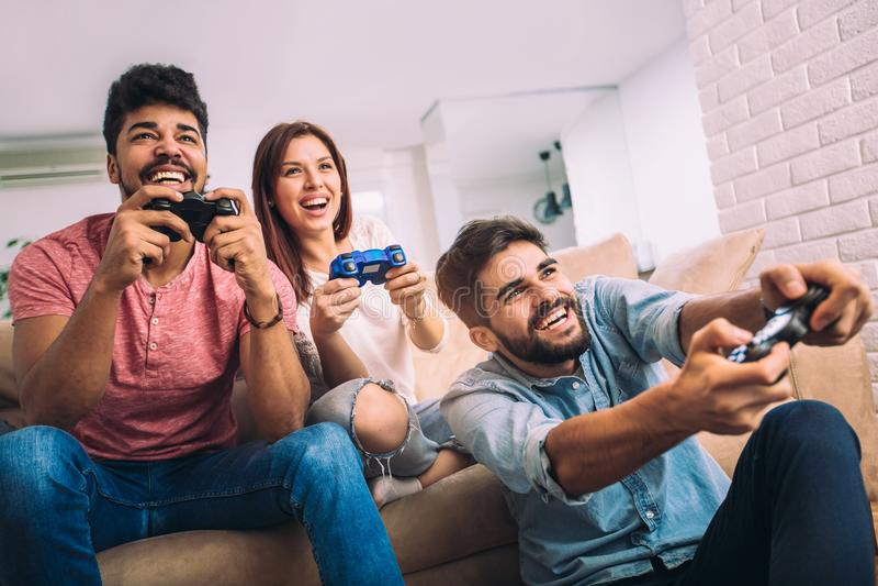 Ομάδα νέων τηλεοπτικών παιχνιδιών παιχνιδιού φίλων από κοινού στοκ φωτογραφία με δικαίωμα ελεύθερης χρήσης