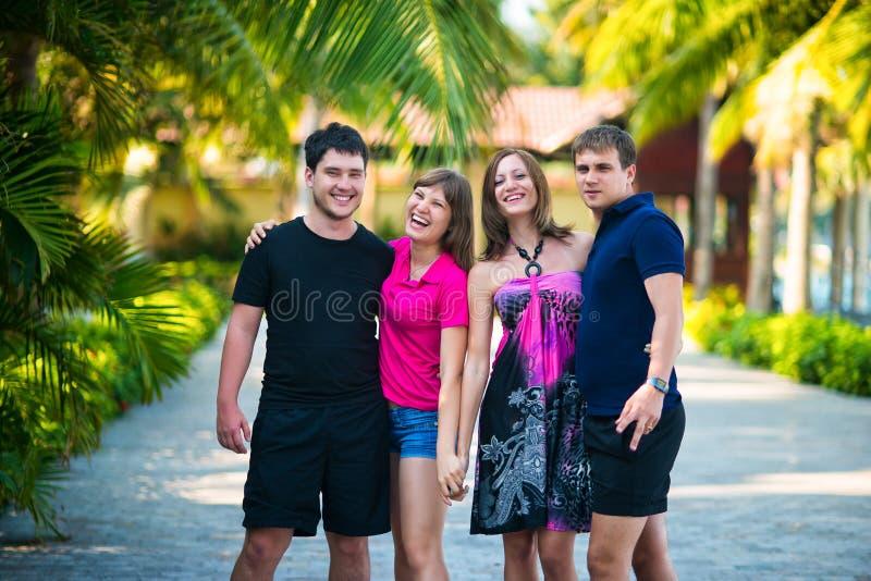 Ομάδα νέων το καλοκαίρι σε ένα τροπικό πάρκο στοκ φωτογραφία με δικαίωμα ελεύθερης χρήσης