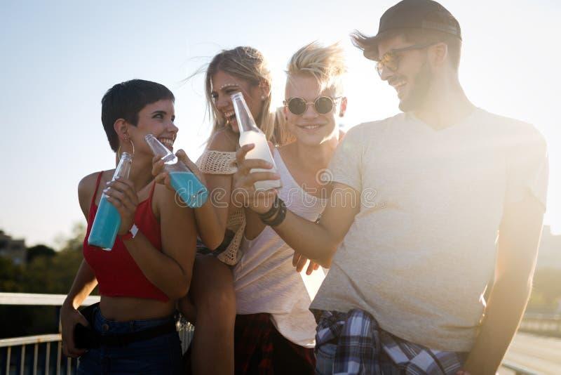 Ομάδα νέων φίλων που έχουν τη διασκέδαση από κοινού στοκ φωτογραφίες με δικαίωμα ελεύθερης χρήσης