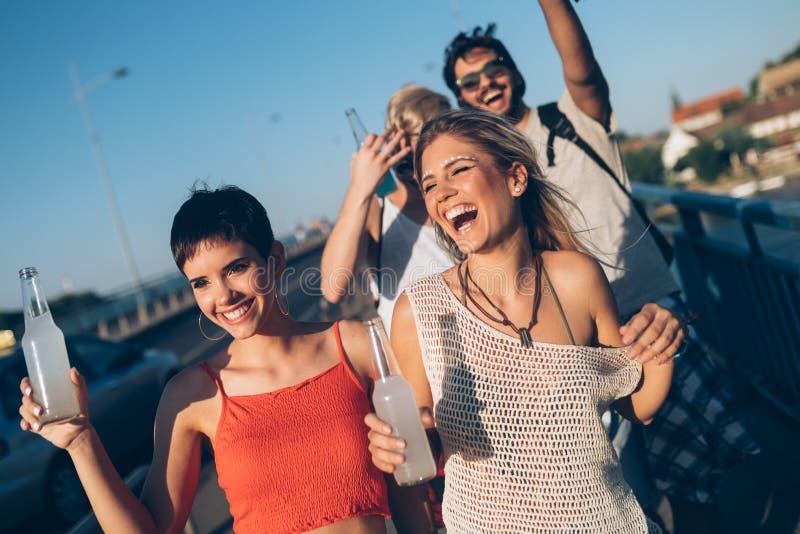 Ομάδα νέων φίλων που έχουν τη διασκέδαση από κοινού στοκ εικόνα με δικαίωμα ελεύθερης χρήσης