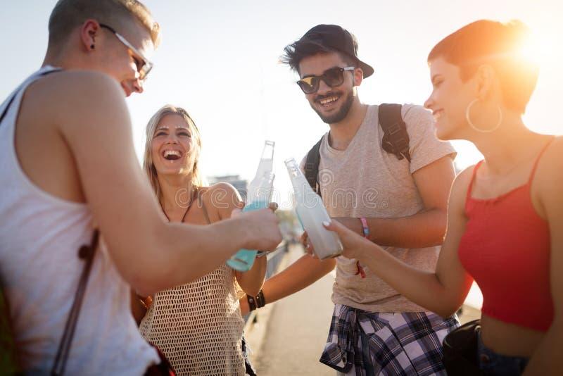 Ομάδα νέων φίλων που έχουν τη διασκέδαση από κοινού στοκ φωτογραφία