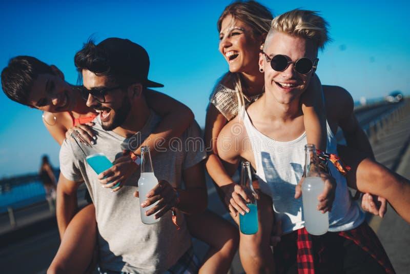 Ομάδα νέων φίλων που έχουν τη διασκέδαση από κοινού στοκ φωτογραφία με δικαίωμα ελεύθερης χρήσης