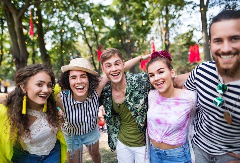 Ομάδα νεαρών φίλων στο θερινό φεστιβάλ, κοιτάζοντας την κάμερα στοκ εικόνες με δικαίωμα ελεύθερης χρήσης