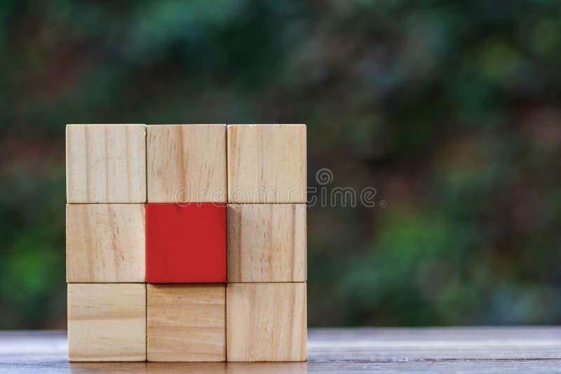Ομάδα ξύλινου φραγμού και κόκκινου ξύλινου φραγμού στο κέντρο και το διαστημικό δικαίωμα στοκ φωτογραφία με δικαίωμα ελεύθερης χρήσης
