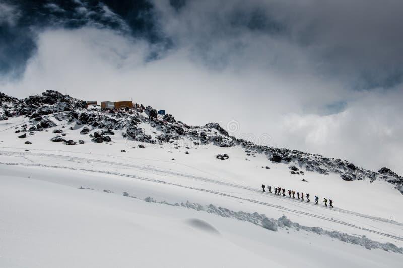 Ομάδα ορειβατών στην κλίση elbrus στον παγετώνα στοκ φωτογραφία με δικαίωμα ελεύθερης χρήσης