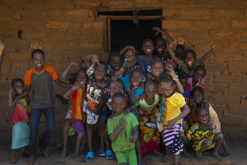 Ομάδα παιδιών μπροστά από ένα σπίτι στο χωριό Mandina Mandinga στην περιοχή Gabu στοκ εικόνες