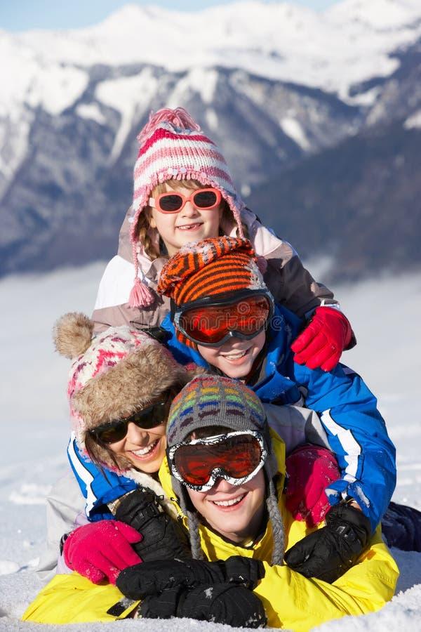 Ομάδα παιδιών που έχουν τη διασκέδαση στις διακοπές σκι στοκ εικόνες με δικαίωμα ελεύθερης χρήσης