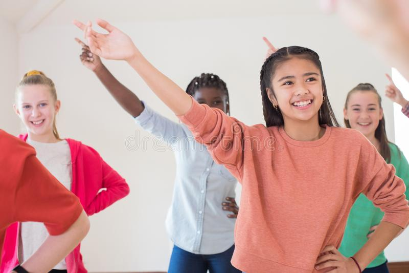 Ομάδα παιδιών που απολαμβάνουν την κατηγορία δράματος από κοινού στοκ εικόνα