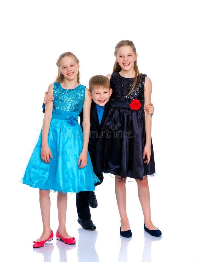 Ομάδα παιδιών που θέτουν στο στούντιο στοκ εικόνες
