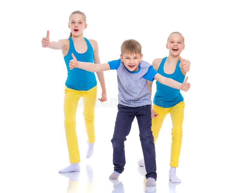 Ομάδα παιδιών που κρατά τους αντίχειρες επάνω στοκ εικόνα