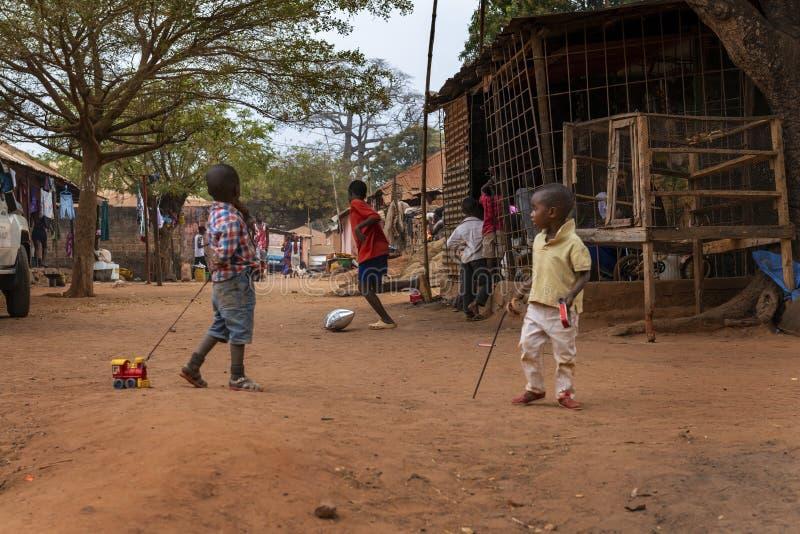 Ομάδα παιδιών που παίζουν στη γειτονιά Missira στην πόλη του Μπισσάου, Γουινέα-Μπισσάου στοκ φωτογραφίες με δικαίωμα ελεύθερης χρήσης