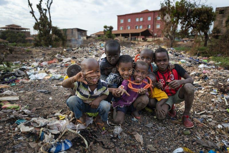 Ομάδα παιδιών σε υλικά οδόστρωσης στην πόλη του Μπισσάου, στη Γουινέα-Μπισσάου στοκ φωτογραφία