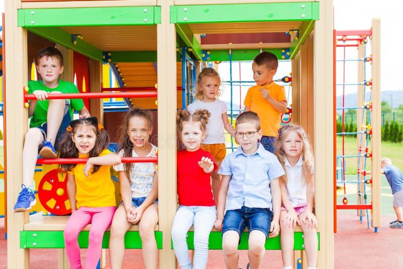 Ομάδα παιδιών στην παιδική χαρά στοκ φωτογραφία με δικαίωμα ελεύθερης χρήσης