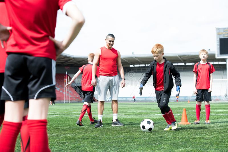 Ομάδα παιδιών στην πρακτική ποδοσφαίρου στοκ εικόνες