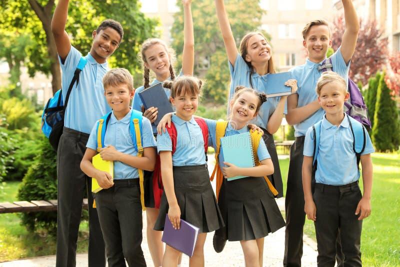 Ομάδα παιδιών στη μοντέρνη σχολική στολή στοκ εικόνες με δικαίωμα ελεύθερης χρήσης