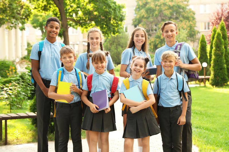 Ομάδα παιδιών στη μοντέρνη σχολική στολή στοκ φωτογραφίες