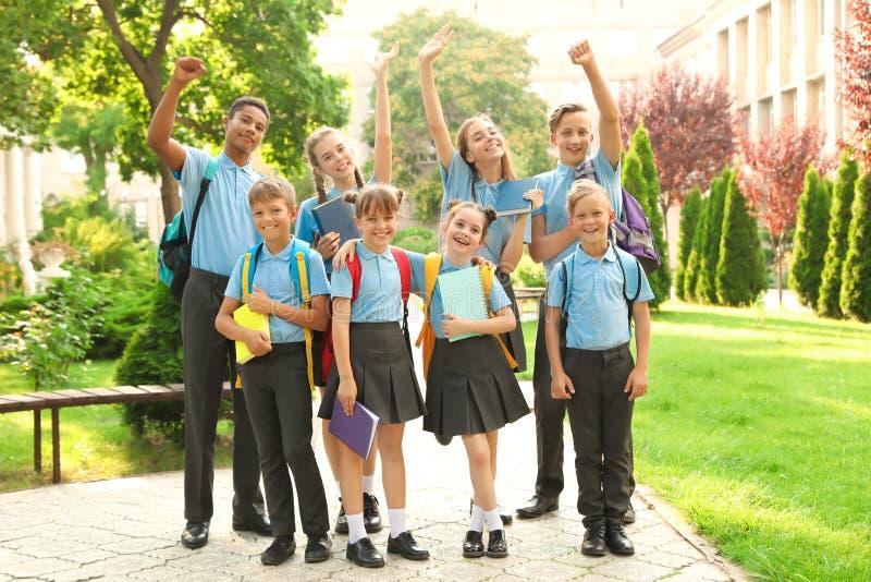 Ομάδα παιδιών στη μοντέρνη σχολική στολή στοκ εικόνα