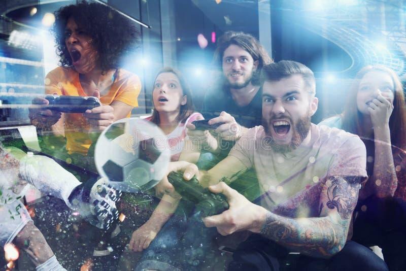 Ομάδα παιχνιδιού φίλων στο παιχνίδι ποδοσφαίρου στοκ φωτογραφία