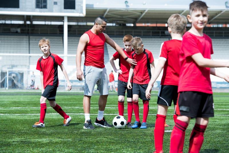 Ομάδα ποδοσφαίρου διδασκαλίας λεωφορείων στοκ εικόνες