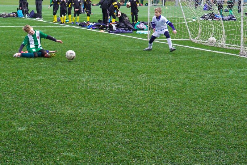 Ομάδα ποδοσφαίρου παιδιών στην πίσσα Έδαφος κατάρτισης ποδοσφαίρου παιδιών Νέοι ποδοσφαιριστές που τρέχουν μετά από τη σφαίρα στοκ φωτογραφία με δικαίωμα ελεύθερης χρήσης
