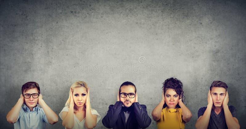 Ομάδα πολυπολιτισμικών γυναικών και ανδρών ανθρώπων που καλύπτει τα αυτιά τους στοκ φωτογραφία με δικαίωμα ελεύθερης χρήσης