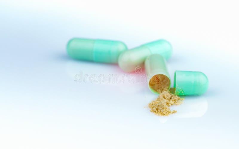 Ομάδα πράσινης κάψας και ανοικτής κάψα για να παρουσιάσει κίτρινη σκόνη της βοτανικής ιατρικής στο υπόβαθρο κλίσης Φαρμακευτικός στοκ φωτογραφία με δικαίωμα ελεύθερης χρήσης