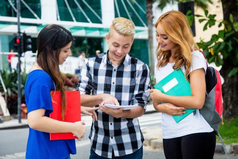 Ομάδα σπουδαστών που λύνουν τα μαθηματικά προβλήματα στοκ φωτογραφία με δικαίωμα ελεύθερης χρήσης