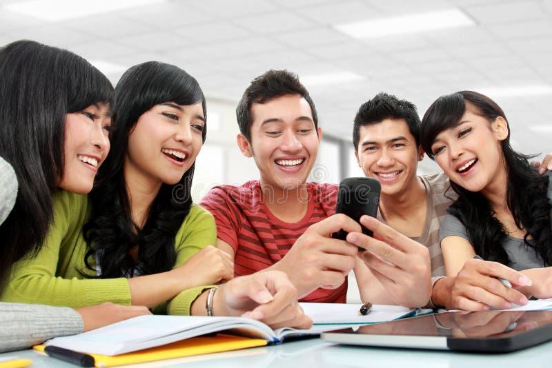 Ομάδα σπουδαστών που χρησιμοποιούν το κινητό τηλέφωνο στοκ φωτογραφίες με δικαίωμα ελεύθερης χρήσης