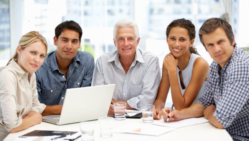 Ομάδα στην επιχειρησιακή συνεδρίαση στοκ εικόνα με δικαίωμα ελεύθερης χρήσης