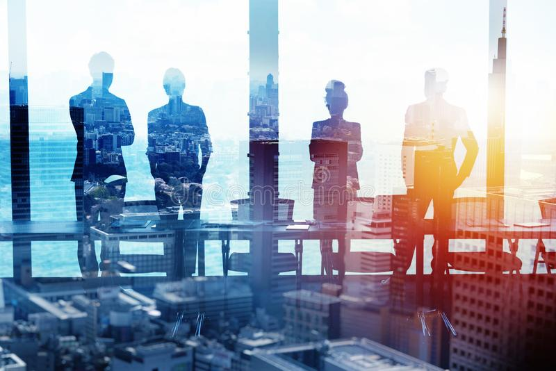 Ομάδα συνέταιρου που ψάχνει το μέλλον Έννοια εταιρικού και του ξεκινήματος στοκ φωτογραφίες