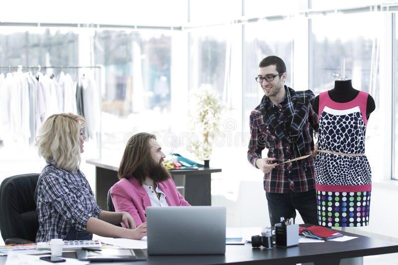 Ομάδα σχεδιαστών μόδας στην εργασία στο γραφείο στοκ εικόνες με δικαίωμα ελεύθερης χρήσης