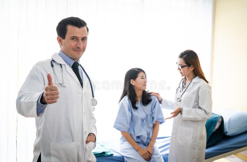 Ομάδα του γιατρού που εξετάζει έναν θηλυκό ασθενή στοκ φωτογραφία με δικαίωμα ελεύθερης χρήσης