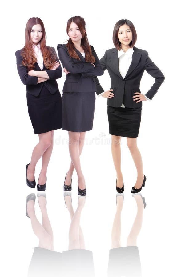 Ομάδα τριών επιχειρησιακών γυναικών στο πλήρες μήκος στοκ εικόνα