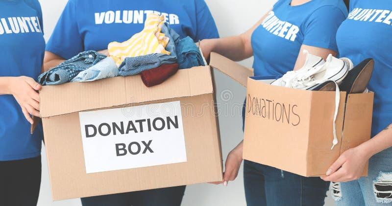 Ομάδα των εθελοντών με τα κιβώτια δωρεάς στοκ φωτογραφία