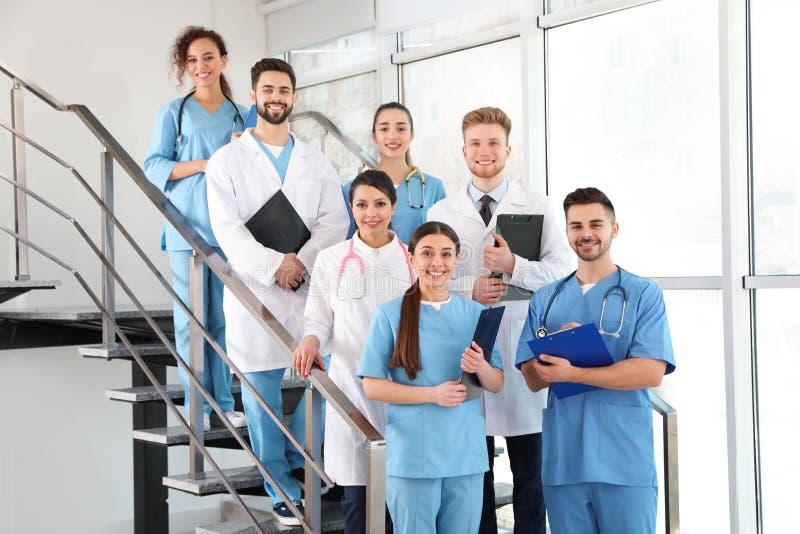 Ομάδα των ιατρικών εργαζομένων στο νοσοκομείο στοκ εικόνα