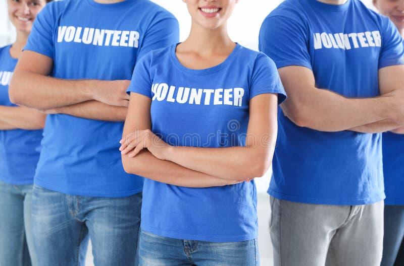Ομάδα των νέων εθελοντών στο ελαφρύ υπόβαθρο στοκ εικόνα με δικαίωμα ελεύθερης χρήσης