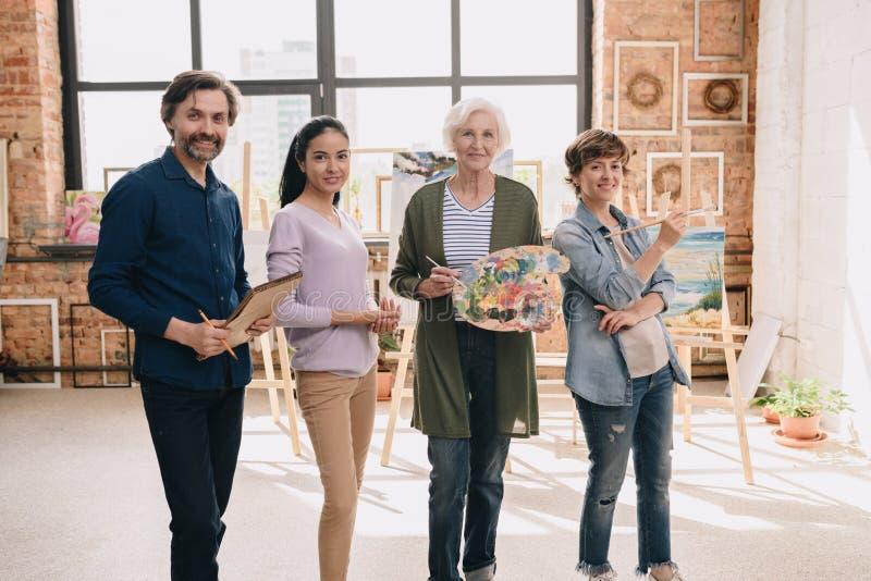 Ομάδα των σύγχρονων καλλιτεχνών που θέτουν στο στούντιο στοκ φωτογραφίες