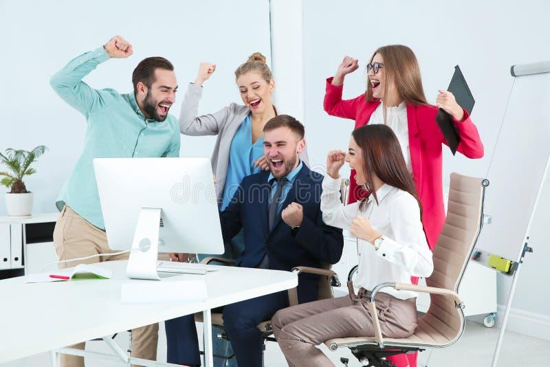 Ομάδα υπαλλήλων γραφείων που γιορτάζουν τη νίκη στοκ φωτογραφίες με δικαίωμα ελεύθερης χρήσης