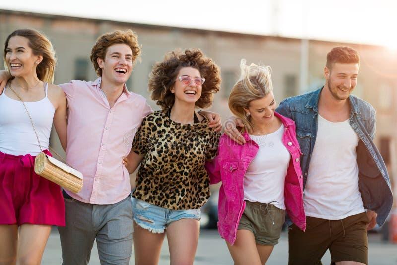 Ομάδα φίλων που έχουν τη διασκέδαση υπαίθρια στοκ φωτογραφίες