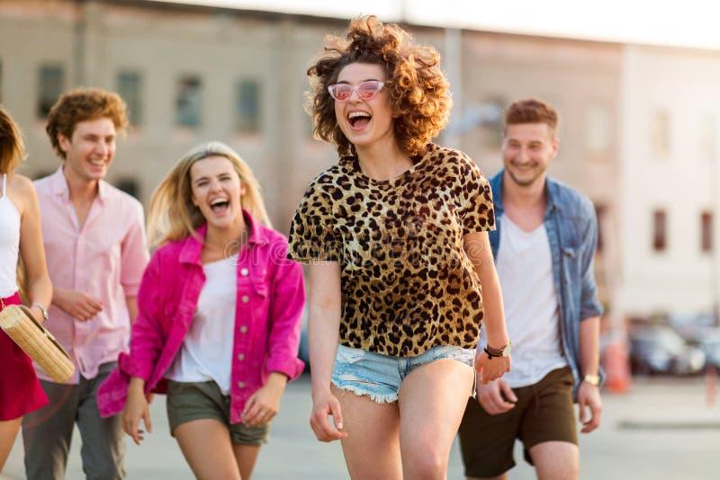 Ομάδα φίλων που έχουν τη διασκέδαση υπαίθρια στοκ φωτογραφία