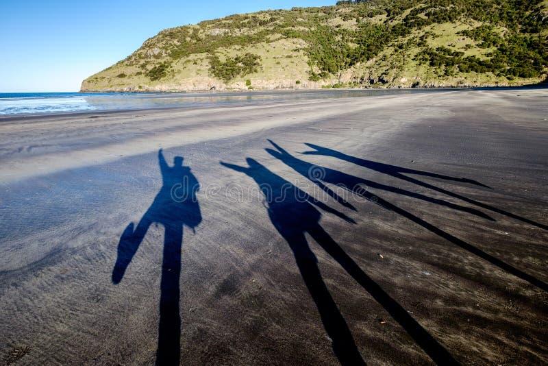 Ομάδα φίλων που απολαμβάνουν ένα ταξίδι διακοπών στην παραλία στοκ φωτογραφίες