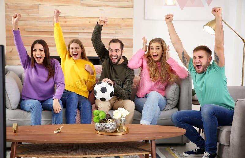 Ομάδα φίλων που γιορτάζουν τη νίκη της αγαπημένης ομάδας ποδοσφαίρου στοκ εικόνα με δικαίωμα ελεύθερης χρήσης