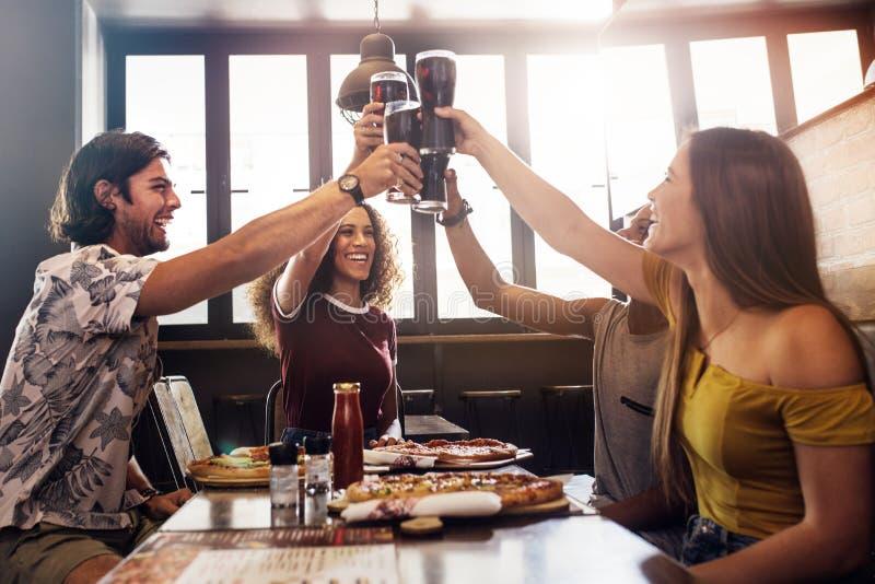 Ομάδα φίλων που κατασκευάζουν μια φρυγανιά στο εστιατόριο στοκ φωτογραφία με δικαίωμα ελεύθερης χρήσης
