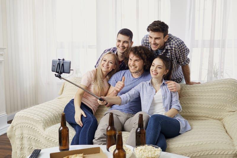 Ομάδα φίλων που κατασκευάζουν selfie το τηλέφωνο στο εσωτερικό στοκ φωτογραφίες