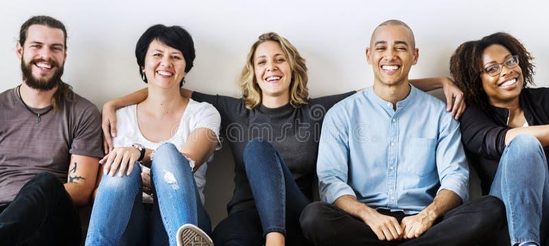 Ομάδα φίλων που ξοδεύουν το χρόνο από κοινού στοκ φωτογραφία με δικαίωμα ελεύθερης χρήσης