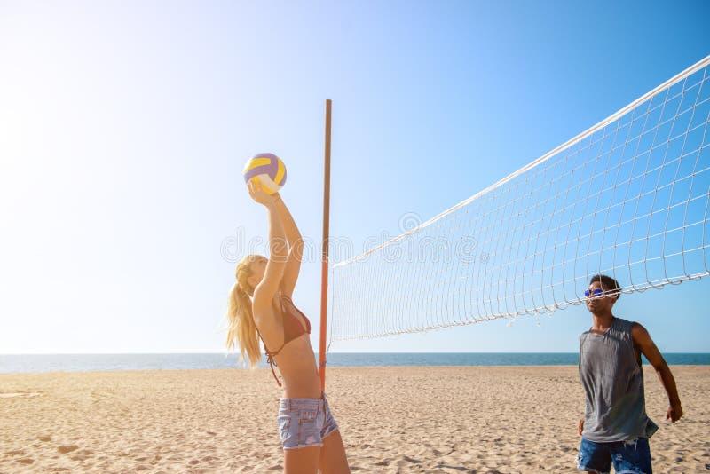 Ομάδα φίλων που παίζουν volley παραλιών στην παραλία στοκ εικόνες με δικαίωμα ελεύθερης χρήσης