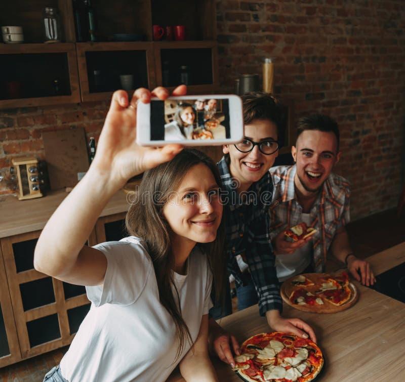 Ομάδα φίλων που παίρνουν selfie σε ένα έξυπνο τηλέφωνο Νέοι ea στοκ εικόνες