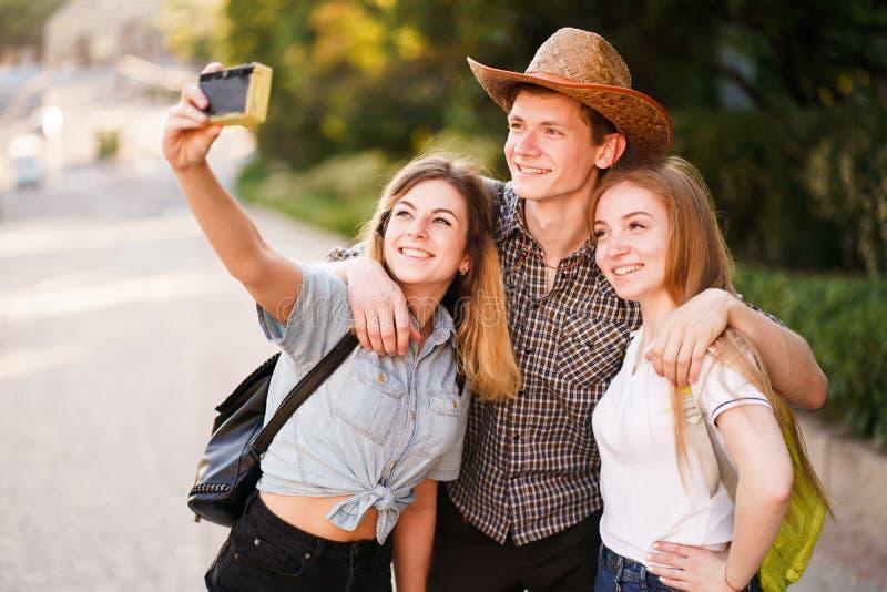 Ομάδα φίλων που παίρνουν selfie στη κάμερα στην πόλη στοκ φωτογραφία με δικαίωμα ελεύθερης χρήσης