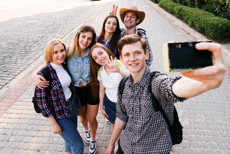 Ομάδα φίλων που παίρνουν selfie στη κάμερα στην πόλη στοκ φωτογραφίες με δικαίωμα ελεύθερης χρήσης