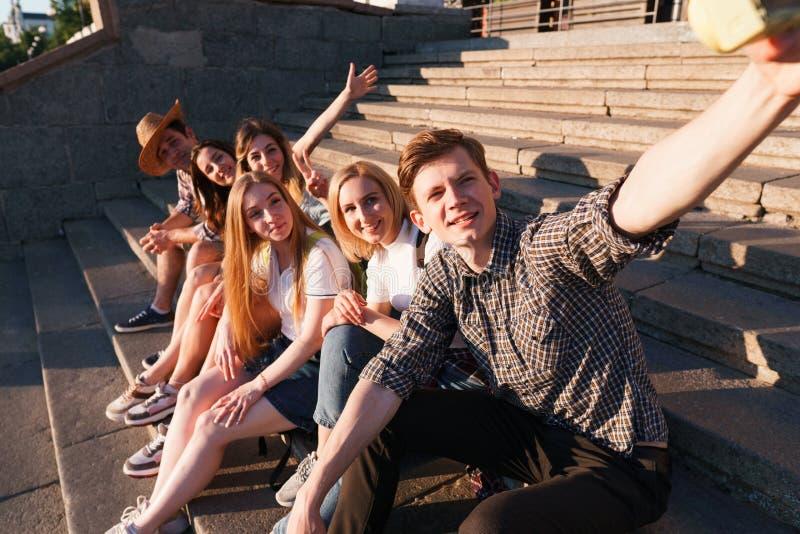 Ομάδα φίλων που παίρνουν selfie στη κάμερα στην πόλη στοκ εικόνες με δικαίωμα ελεύθερης χρήσης